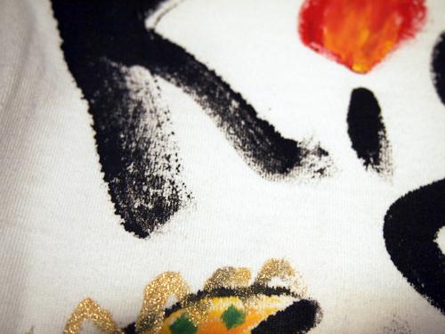 「はね」や「かすれ」は、手描きTシャツが作り出す特徴です。