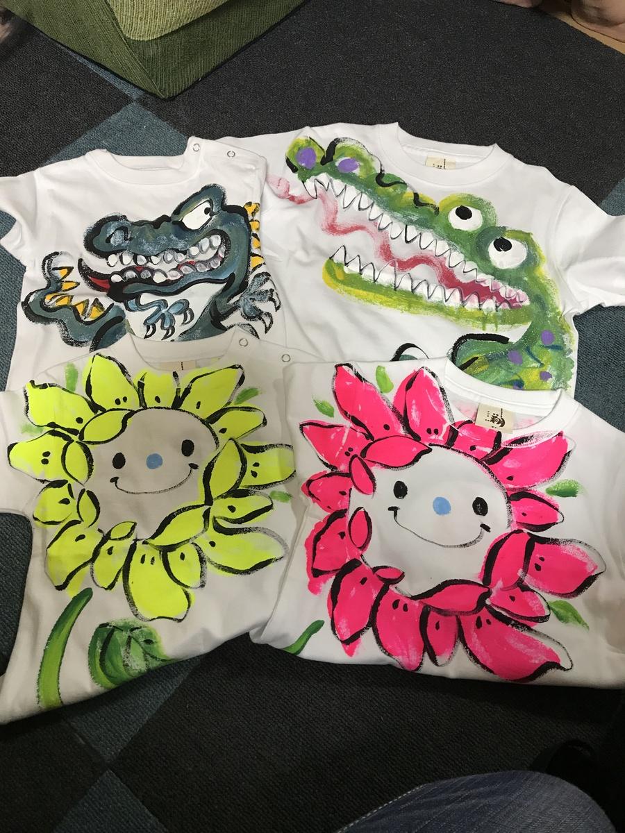 はじめまして。  お友達から出産祝いに作成して  頂き、手書きTシャツを知り、  それ以来、  お世話になっております。  とても可愛い仕上がりに  いつも嬉しく思っています。
