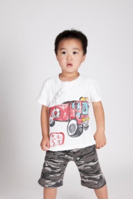 消防車の手描きTシャツ